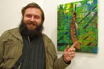 Jan Kratochvíla s jedním z děl, vystavených v Up Gallery na Větruši.