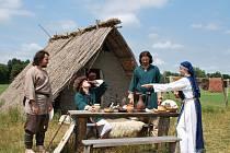 Snímek z archeoskanzenu v Pohansku ukazuje obydlí a vzhled Slovanů v 9. století, tedy v době, do níž klademe počátky města Ústí nad Labem.