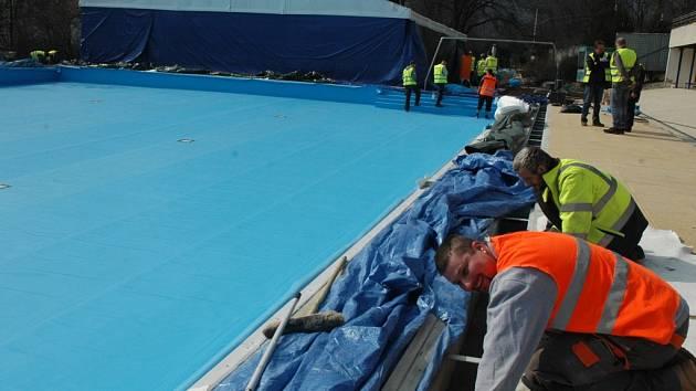 Práce na rekonstrukci plaveckého areálu v Brné finišují.