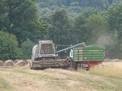 Sklízelo se i na polích nedaleko Habrovan.