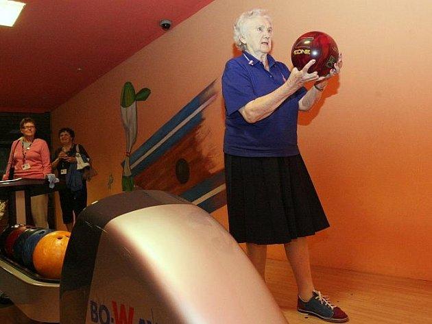 Mezinárodní turnaj seniorů v bowlingu pokračuje v Ústí nad Labem.Favoritkou dnešního dne byla Finka Tilli Hilkka,které je osmdesát čtyři let a závodí ve věkové kategorii C.