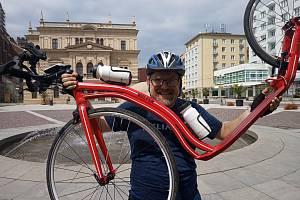 Ústecký filmař, fotograf, cestovatel a také stále už od roku 2011 úřadující světový rekordman v motorovém paraglidingu Miroslav Oros zvládl v uplynulém týdnu další zajímavou výzvu. Na koloběžce přejel po 50. rovnoběžce celou Českou republiku od západu na