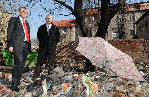 Průběh nařízeného úklidu si přijeli do ústecké čtvrti Předlice zkontrolovat zástupci města Ústí a krajské hygienické stanice.