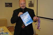 Vicehejtman Radek Vonka s diplomy a medailemi Her III. letní Olympiády dětí a mládeže