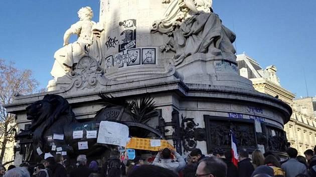 Fotografie z 15. listopadu. Lidé sedí v kavárnách, prochází se po ulici, ale také vyjadřují odhodlání nebát se na symbolických setkáních na náměstích.