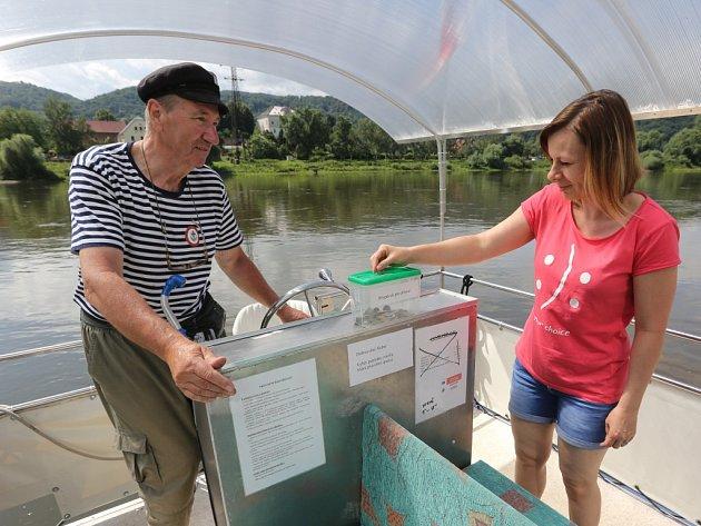 Za svezení přívozem přes Labe z Neštěmic do Svádova zaplatí cestující jen dobrovolné jízdné.
