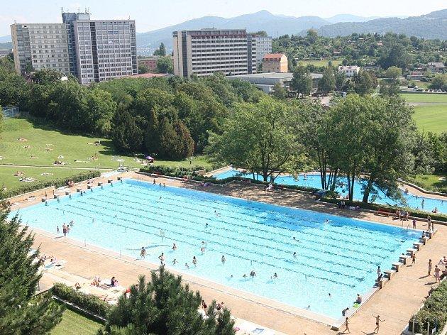 Snímek zdoby, kdy ještě venkovní bazén fungoval.