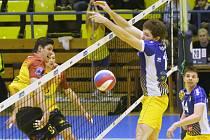 Severočeské derby ovládli volejbalisté Dukly (ve žlutých dresech).