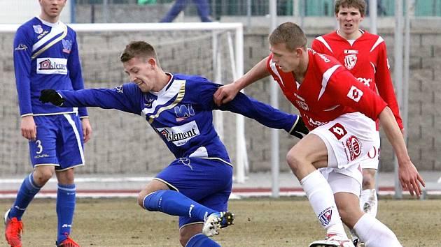 Ústečtí fotbalisté (modří) doma porazili Pardubice 1:0.