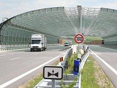 Nový most nad obcí Vchynice na Lovosicku bohužel očekávání zatím nesplnil.