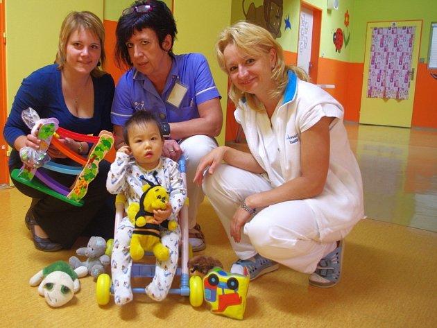 Štěpánka Řežábková (vlevo) pořádá na sociální síti Facebook mezi maminkami veřejnou sbírku. Na snímku s malým pacientem staniční sestra oddělení kojenců a batolat Marie Sahulová a (vpravo) vrchní sestra Dětské kliniky Marie Lulková.