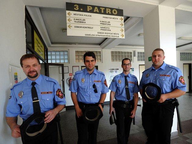 Noví strážníci poprvé vyrazili 3. července do ulic.