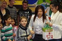 Vietnamci přivezli dětem dary.