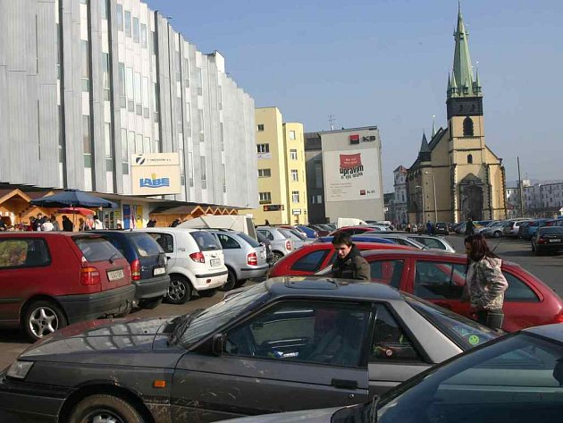 Aut je v centru Ústí mnoho, místa k parkování naopak ubývají. Jedno z velkých bylo zrušeno za obchodním domem Labe.