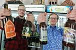 Provozovatelé Ústecké pivotéky Pavel Klíma (vpravo) a Tomáš Pejša lidem nabízejí piva, která nejsou v běžných hospodách obvykle k dostání. Ochutnáte u nich třeba vícestupňová piva z produkce malých regionálních pivovarů