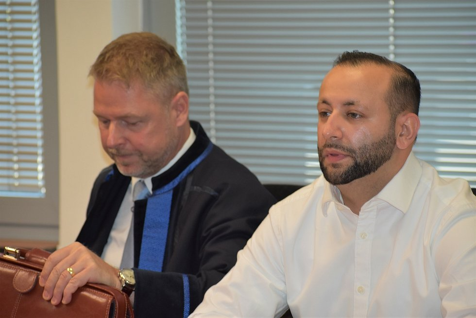 Petr Hricko podvedl desítky lidí, dostal podmínku. S advokátem Martinem Sadílkem (vlevo)