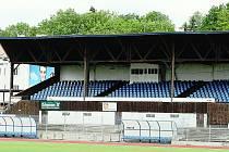 Stařičká dřevěná tribuna zatím stále ještě stojí a ani žádné stavební práce v areálu fotbalového stadionu neprobíhají.