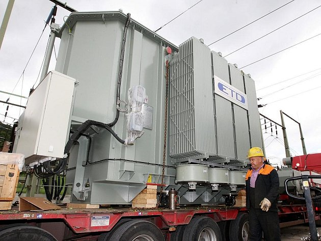 Transformátor úctyhodných rozměrů (váha 63 tun, délka 5,8 m, šířka 3,1 m a výška 3,9 m a výkon 40 MVA) dorazil do rozvodny Koštov.