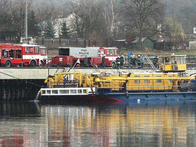 Měřící loď Valentýna ztroskotala u Ústí nad Labem
