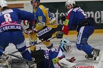 Stav čtvrtfinále mezi celky Ústí a Vrchlabí je po čtyřech zápasech 2:2 a v sobotuse oba celky utkají opět v Ústí. Lvi zase budou dobývat branku Koutského, stejně jako na snímku Hampl.