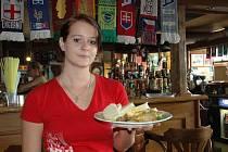 S receptem slavila Lenka Pravdová v restauraci Sport Pub Zlatopramen úspěch. Na snímku servírka Klára Soukupová.