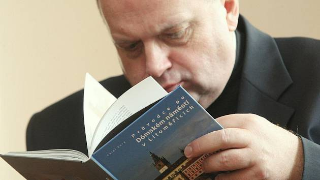 Kniha nabízí jedinečnou příležitost nahlédnout do míst výhradně určených duchovním osobám.