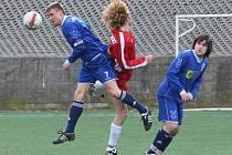 Fotbalisté Neštěmice (v modrých dresech) porazili v boji o záchranu v krajském přeboru celek Bíliny 2:1.