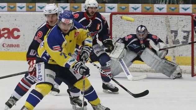 Ústečtí hokejisté zvítězili ve čtvrtém duelu finále play off první ligy v Chomutově 4:1 a srovnali stav na 2:2.