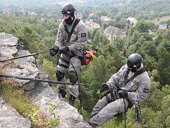 Policisté ze zásahové jednotky Krajského ředitelství policie Ústí nad Labem cvičili na skalách v Tisé.