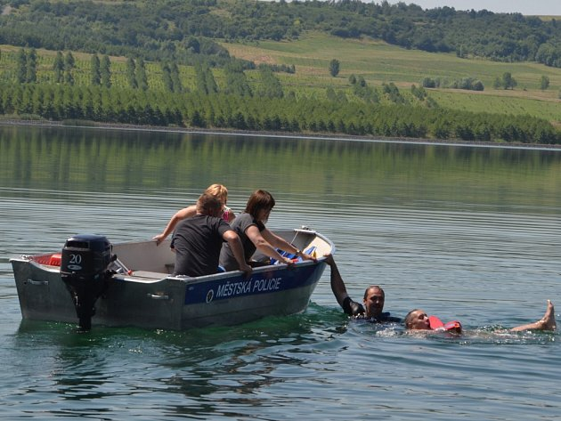 ZÁCHRANA TONOUCÍHO na jezeře Milada byla námětem nedávného cvičení ústeckých strážníků.