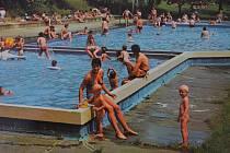 O jaké ústecké koupaliště jde? Snímek je z roku 1976 z publikace Ústí nad Labem.