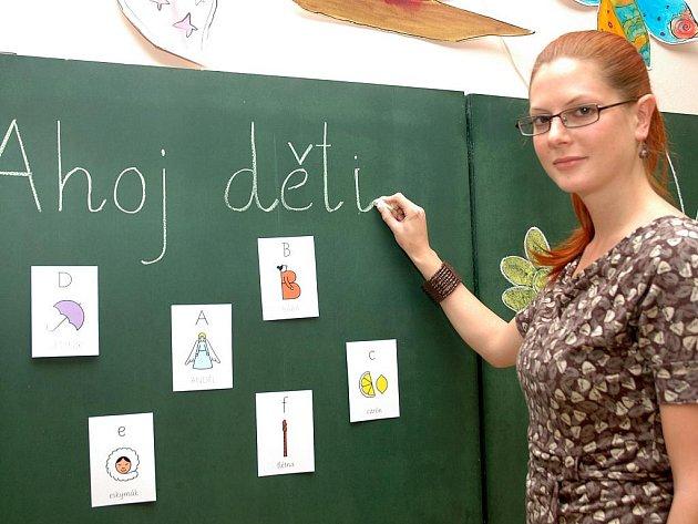 Kantorka střekovské praktické školy Kamila Beránková ukazuje, jak vypadá nové písmo Comenia script. Dětem usnadní výuku psaní i čtení. Zvládnout by ho měly podstatně rychleji.