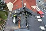 Hasiči zasahují v Masarykově ulici v Ústí nad Labem, kde hořela střecha domu