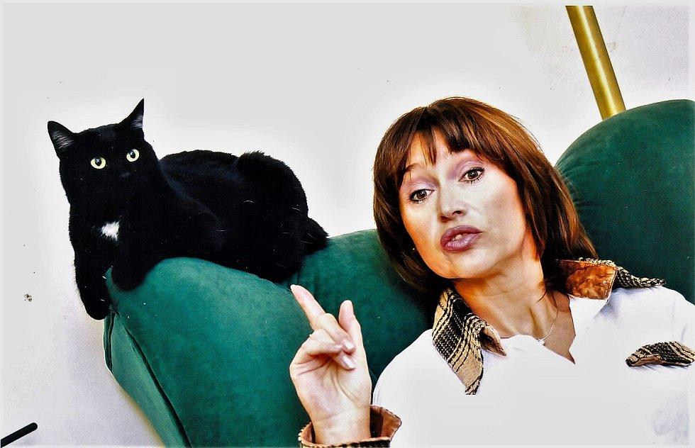 Petra vedle klobouků miluje i zvířata. Ale její muž Jirka Pracka je úplný zvířecí šílenec. Kdyby ho nekorigovala, měli by ve Strašnicích i na chalupě obří azylový dům pro kočičky a pejsky.