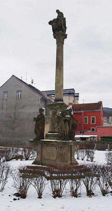 Obvod Střekov v Ústí nad Labem. Sloup Tří králů přenesený do parku ze Svádova