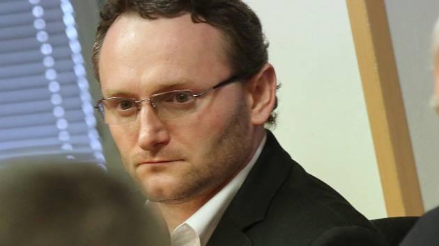 U Krajského soudu v Ústí nad Labem začíná soud s Petrem B., obžalovaným z vraždy Roma v Chomutově v loňském roce.