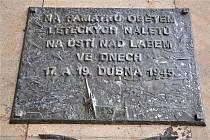 Pamětní deska na stěně budovy magistrátu připomíná oběti náletů.