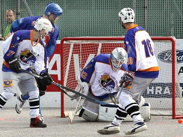Hokejbalisté ústecké Elby (světlé dresy) doma prohráli vysoko 0:9.