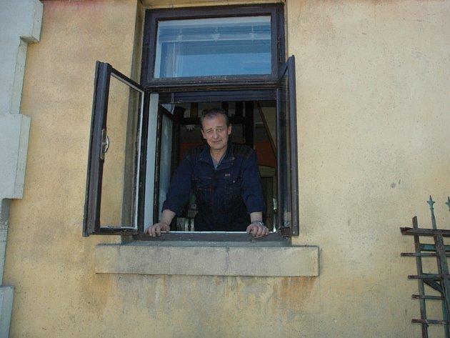 Okno Alexandra Mésároše je staré 95 let a jen 4 metry od rušné silnice. Protože si stěžoval, ŘSD u něho nechalo změřit hluk. Nová okna proto na rozdíl od sousedů nedostane.