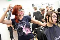 Gabriela Kejmarova připravuje modelku Leonu Ferstelovou na show.