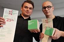 Tomáš Rejmon (vlevo) zaujal porotu Národní ceny za studentský design 2015 svým autíčkem.