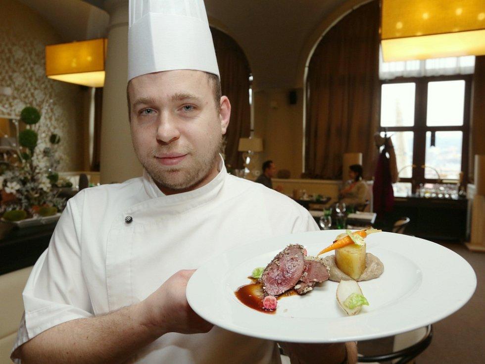 ŠÉFKUCHAŘ RESTAURACE VĚTRUŠE Antonín Marcín připravuje speciální tříchodové menu v souvislosti se sedmým ročníkem Grand Restaurant Festivalu.