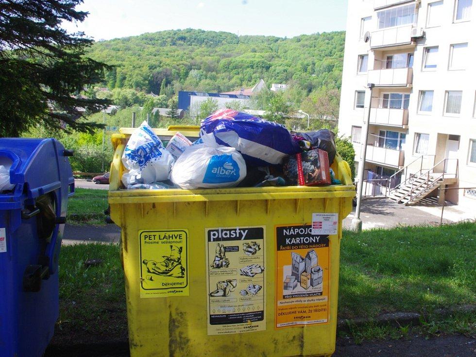 Nádoby na tříděný odpad jsou plné.