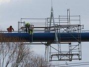 Vodovod opravují v 15 metrech nad řekou.