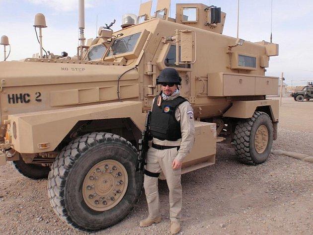 Marcel Prošek před pancéřovaným automobilem, který je schopen ochránit osádku před palbou pěchotních zbraní a improvizovanými bombami Tálibánu.