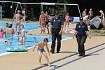 Ústecká městská policie provádí preventivní pochůzky v areálu termálního koupaliště v Brné.