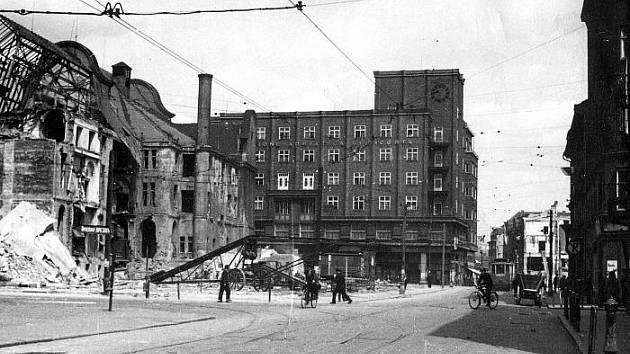 Po dubnovém bombardování v roce 1945 se podařilo zprovoznit jenom část tratí. Snímek dole nabízí pohled na bezprostřední okolí mezi divadlem a budovou Grandu, kde byly koleje již uvolněny pro dopravu tramvajemi.