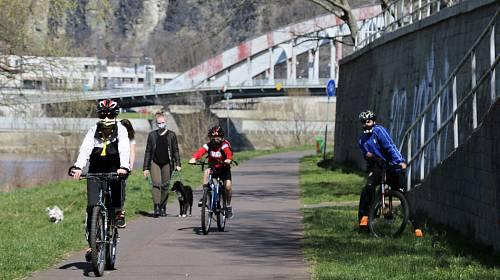 Slunečné nedělní odpoledne vylákalo spoustu lidí na střekovskou cyklostezku