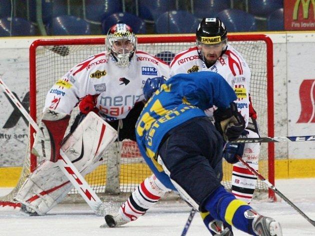 Ve včerejším prvoligovém střetnutí byl hrdinou chrudimský gólman Šrámek, který přiváděl domácí hokejisty k šílenství. Na snímku ho nedokázal překonat Heřman.