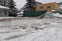 Nafukovací tenisová hala ve Velkém Březně nevydržela tíhu sněhu a propadla se